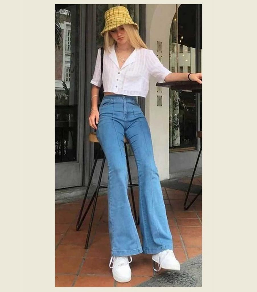 tênis branco e jeans flare
