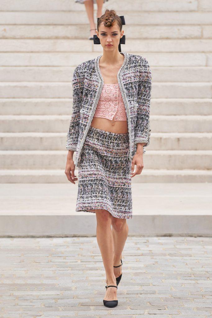Foto maiores tendencias da semana de moda de alta costura conjuntos  por chanel