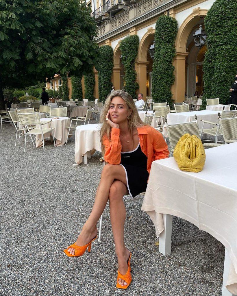 Foto de outra forte tendencia da primavera: Sandálias coloridas. Detalhe para a sandália laranja