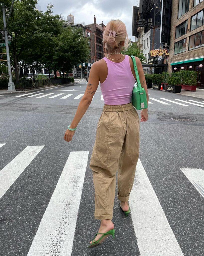 Foto de mulher usando roupas de tons pasteis