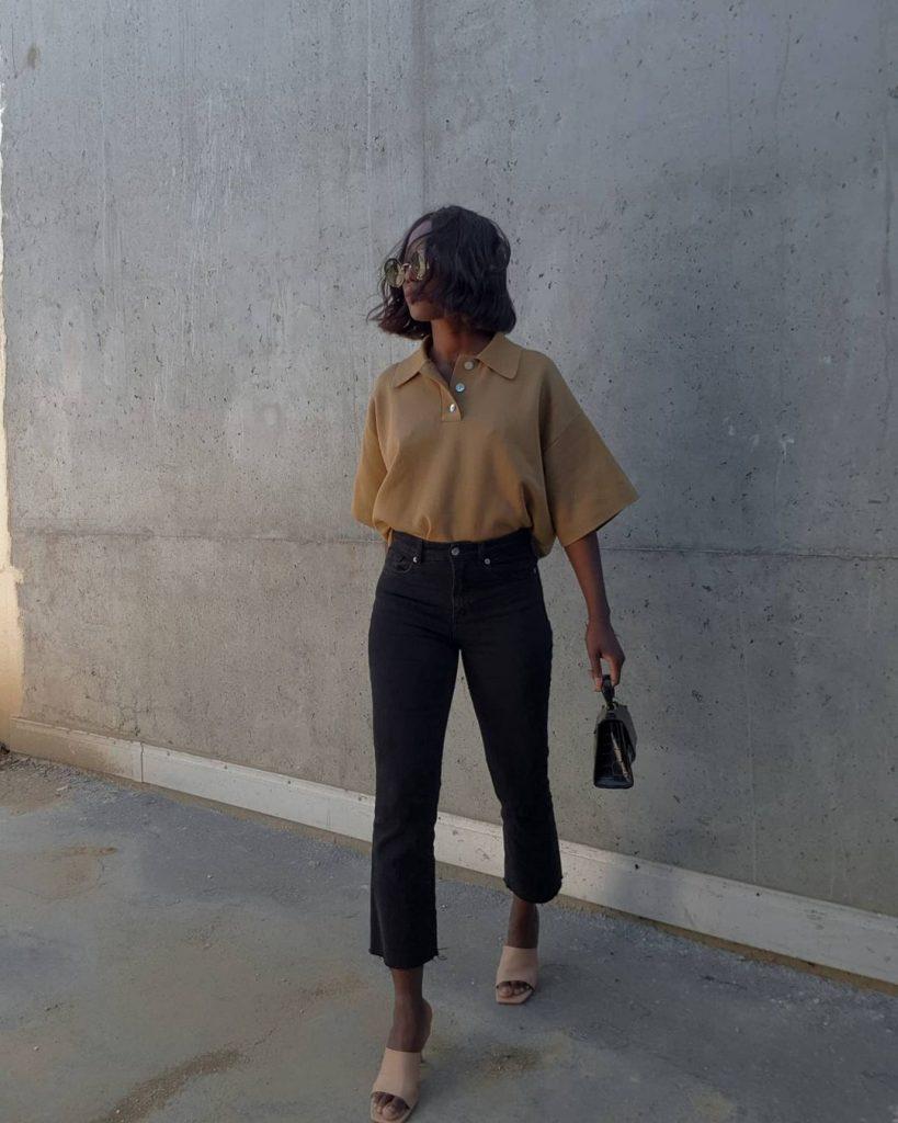 Foto da Aida Badji combinando jeans escuro + sandálias de tons terrosos