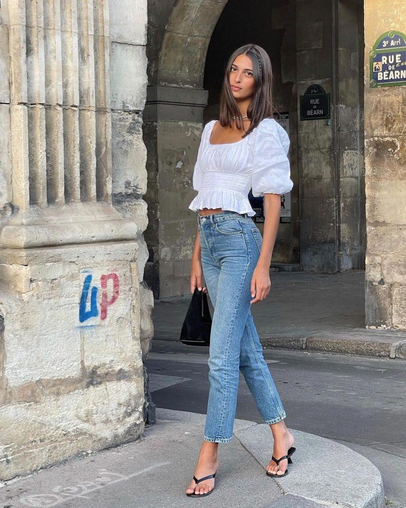 Foto da Salome Mory usando look com jeans + blusa romantica