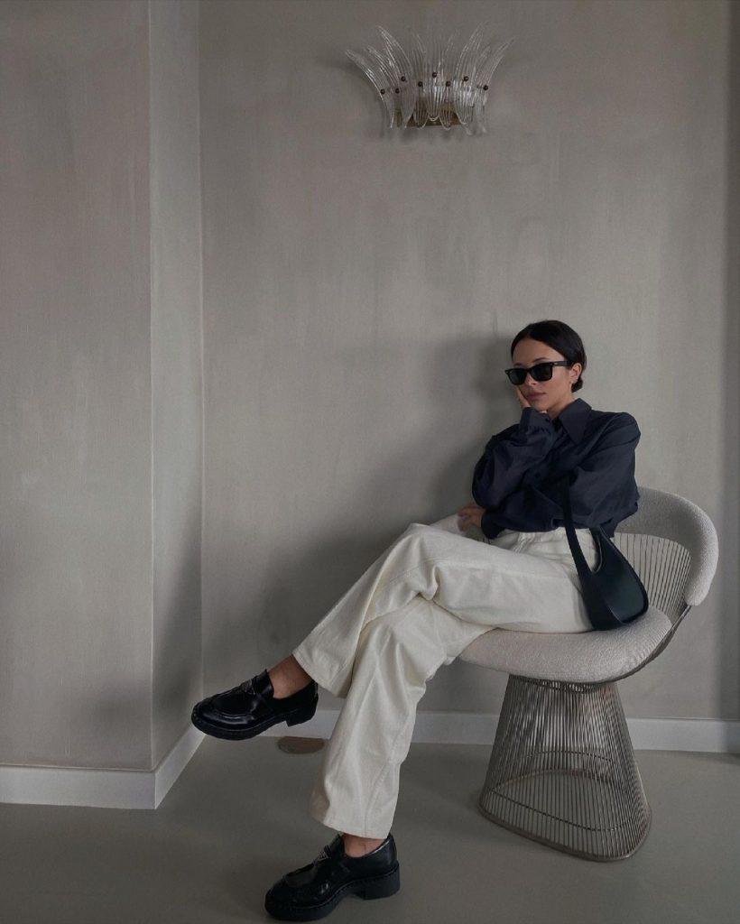 foto mulher sentada usando modelo de calça alfaiataria e mocassim