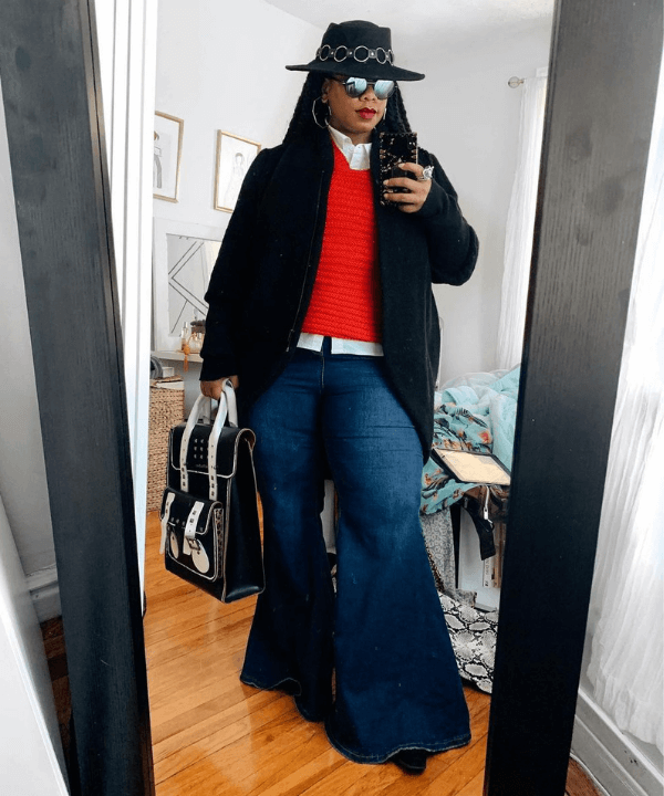 Foto mulher usando calça boot cut e sapato de bico fino