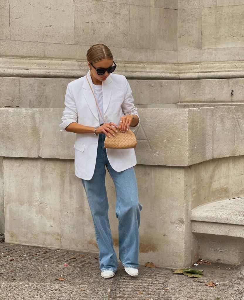 Foto Ideia de look Lydia Tomlinson - Jeans wide leg + blazer + tenis